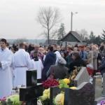 Procesja za zmarłych na cmentarzu